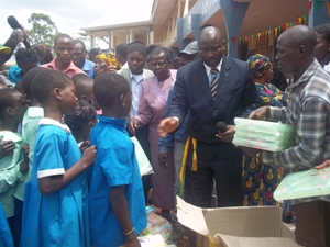 Mayor handing gifts to pupils