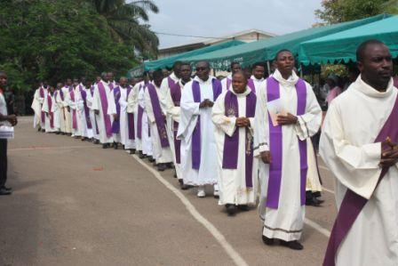 (2)Priests turned our heavily to bury their Bishop