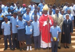 Bisop_nkuo_and_primary_school_kids